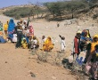 اسر ارتريا تنتظر المساعدات تحت حرارة الشمس الحارقة   ( www.cnewa.org )