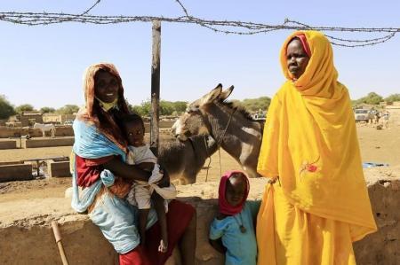 إقرأ الموضوع نساء من قرية تابيت في ولاية شمال دارفور في غرب السودان حيث اتهمت منظمة هيومن رايتس ووتش جنودا سودانيين باغتصاب نساء هناك ينتظرن الحصول على مياه في 20 نوفمبر تشرين الثاني 2014. تصوير محمد نور الدين عبد اللله - رويترز