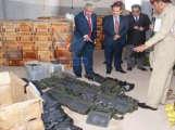 وزير الداخلية اليمني يتفقد الاسلحة التي ضبطت على السفينة الايرانية(الانباء الكويتية)