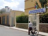 مواطن أريتري يمشي في العاصمة أسمرا قرب مكاتب الشركة الوحيدة التي توفر خدمة الإنترنت. وتسيطر الحكومة على الإنترنت وعلى جميع وسائل الإعلام في أريتريا، مما يخلق بيئة تقييدية للصحافة. (أسوشيتد برس/آندرو إنغلاند)
