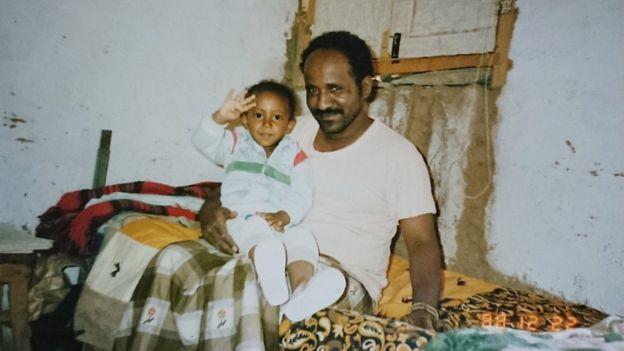 شريفو وزير الحكومات المحلية السبق مع طفله